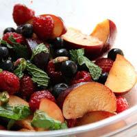 Салат из красных и черных фруктов