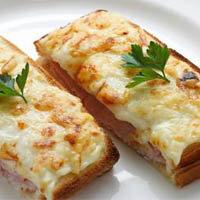 Хрустящие сандвичи с ветчиной в соусе Бешамель