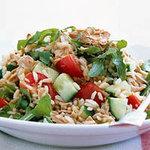 Салат с коричневым рисом и тунцом