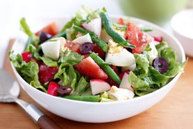 Салат из зеленой фасоли с овощами и маслинами